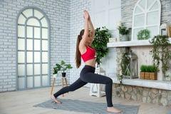Jovem mulher que faz a ioga no parque da manhã Imagem de Stock Royalty Free