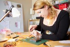 Jovem mulher que faz a joia em casa fotos de stock