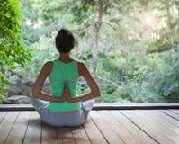 Jovem mulher que faz o asana da ioga na noite fotografia de stock royalty free