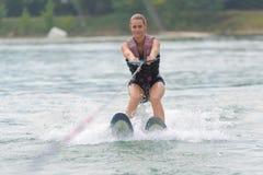 Jovem mulher que faz o esqui aquático fotografia de stock