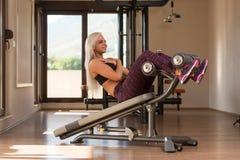 Jovem mulher que faz o exercício abdominal Imagens de Stock