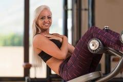 Jovem mulher que faz o exercício abdominal Imagem de Stock Royalty Free
