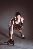 Jovem mulher que faz o exercício com pesos fotografia de stock royalty free