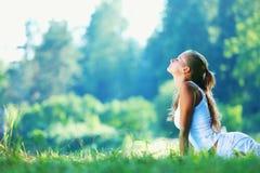 Jovem mulher que faz o exercício da ioga imagens de stock