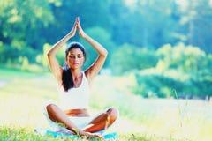 Jovem mulher que faz o exercício da ioga fotografia de stock royalty free