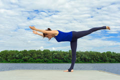 Jovem mulher que faz o exercício da ioga na esteira 20 Imagem de Stock Royalty Free
