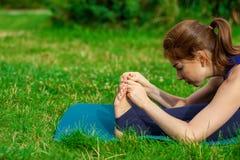 Jovem mulher que faz o exercício da ioga na esteira 14 Imagens de Stock