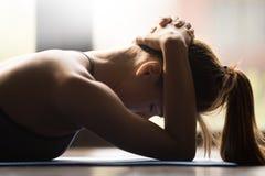 Jovem mulher que faz o exercício do grupo do músculo do pescoço imagem de stock