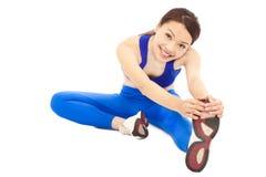 A jovem mulher que faz o exercício do núcleo, aquece o corpo Imagem de Stock