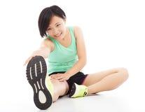 A jovem mulher que faz o exercício do núcleo, aquece o corpo Foto de Stock Royalty Free