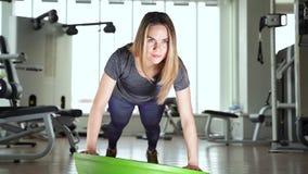 Jovem mulher que faz o exercício na bola do bosu filme
