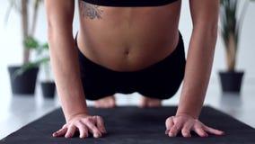 Jovem mulher que faz o exerc?cio da ioga em casa filme