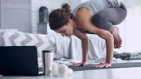 Jovem mulher que faz o exerc?cio da ioga em casa vídeos de arquivo