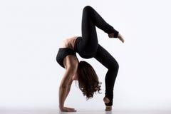 Jovem mulher que faz o exercício da ponte Fotografia de Stock