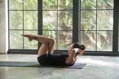 A jovem mulher que faz o joelho abdominal tritura para o Abs superior, mais baixo Fotografia de Stock Royalty Free