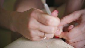 Jovem mulher que faz o pedicure em casa Menina que corta as unhas do pé, fim acima filme