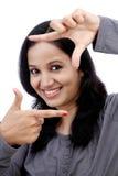 Jovem mulher que faz o quadro com suas mãos Fotos de Stock