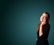 Jovem mulher que faz o telefonema com espaço da cópia Imagens de Stock