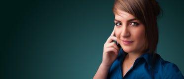 Jovem mulher que faz o telefonema com espaço da cópia Fotos de Stock Royalty Free