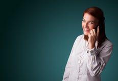 Jovem mulher que faz o telefonema com espaço da cópia Fotografia de Stock Royalty Free