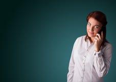 Jovem mulher que faz o telefonema com espaço da cópia Fotos de Stock