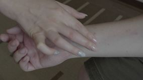Jovem mulher que faz o tratamento com ½ do ¿ do creamï do emoliente à mão paciente masculina nova com eczema ou varíola epidérmic vídeos de arquivo