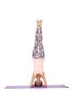 Jovem mulher que faz os exercícios do esporte isolados Fotos de Stock