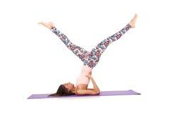 Jovem mulher que faz os exercícios do esporte isolados Foto de Stock