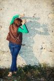 A jovem mulher que faz sombras dá forma com suas mãos na frente do Fotografia de Stock