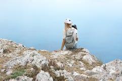 Jovem mulher que fotografa na montanha Fotografia de Stock