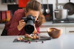 Jovem mulher que fotografa o alimento Fotografia de Stock Royalty Free
