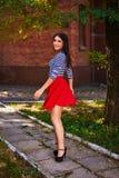 Jovem mulher que gerencie no parque menina na dança vermelha da saia exterior foto de stock royalty free