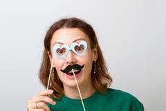 Jovem mulher que guarda as varas de papel do partido fotos de stock royalty free