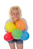 Jovem mulher que guarda balões Fotografia de Stock