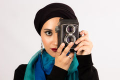 Jovem mulher que guarda a câmera velha no hijab e no lenço colorido Fotografia de Stock