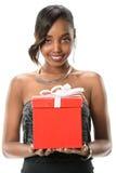 Jovem mulher que guarda a curva do presente com fita Fotos de Stock Royalty Free
