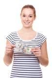 Jovem mulher que guarda 200 dólares Fotos de Stock