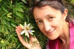 Jovem mulher que guarda a flor do fruto de paixão fotos de stock royalty free