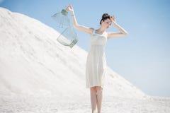 Jovem mulher que guarda a gaiola de pássaro Foto de Stock Royalty Free