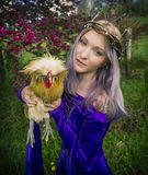 Jovem mulher que guarda a galinha Fotos de Stock
