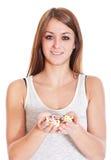 Jovem mulher que guarda lotes dos fármacos Foto de Stock