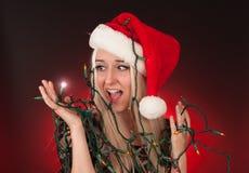 Jovem mulher que guarda luzes do feriado Imagens de Stock