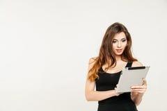 jovem mulher que guarda o biute do PC da tabuleta Imagens de Stock