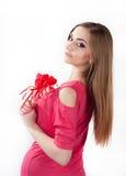 Jovem mulher que guarda o coração do brinquedo Fotografia de Stock
