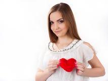 Jovem mulher que guarda o coração do brinquedo Fotografia de Stock Royalty Free