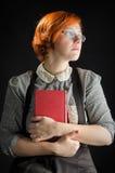 Jovem mulher que guarda o livro Fotografia de Stock