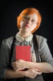 Jovem mulher que guarda o livro Fotos de Stock Royalty Free