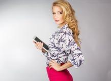 Jovem mulher que guarda o PC da tabuleta Fotografia de Stock