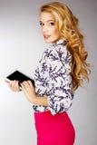 Jovem mulher que guarda o PC da tabuleta Fotos de Stock Royalty Free