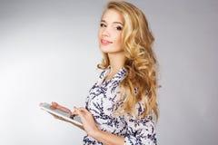 Jovem mulher que guarda o PC da tabuleta Foto de Stock Royalty Free